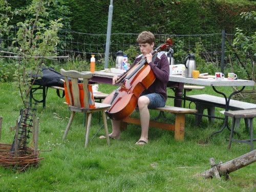 Cello spelen in de tuin bij Mauds Plekje